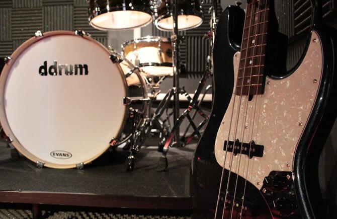 スタジオ内ベース・ドラムセット